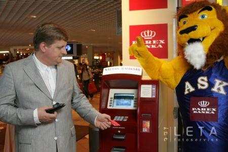 Kokins atklājot pirmo Latvijā naudas iemaksas ATM